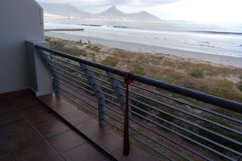 Deuserband hängt an einem Balkon-Gerländert mit Blick auf den Tafelberg in Kapstadt