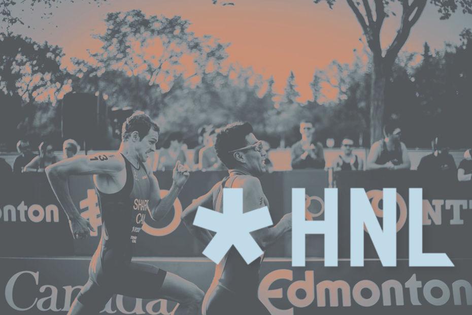 Zwei Triathleten laufen im Sprint zum Ziel