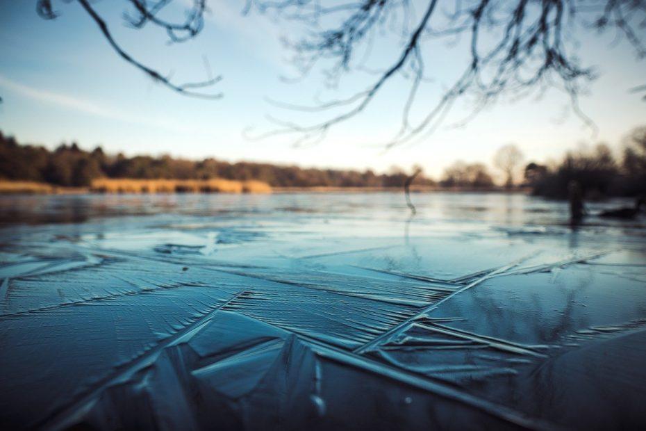 Eisbedeckter See für das Eisbaden beim Biohacking