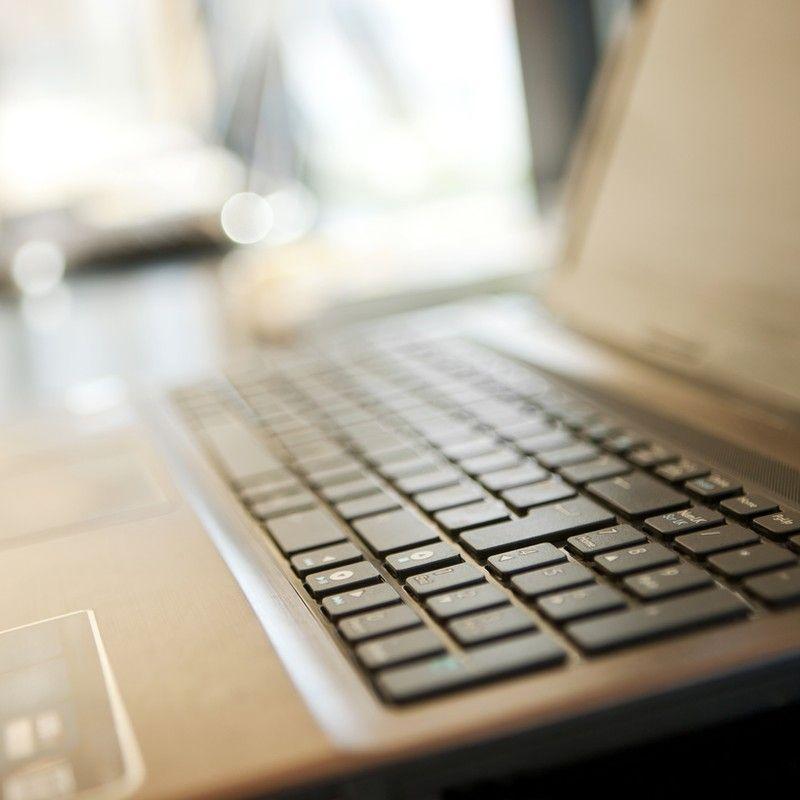 ein Laptop für die Videosprechstunde bei HNL Physiotherapie