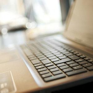 Bild zeigt die Tastatur eines Laptops für die Videosprechstunde in der Physiotherapie