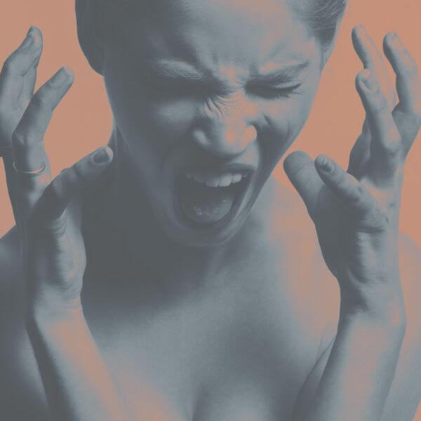 Frau mit schmerzverzerrtem Gesicht